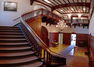 Die Treppe zum Obergeschoss