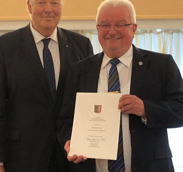 Verleihung der Freiherr-vom-Stein-Verdienstnadel durch Minister Grote an Günther Frank