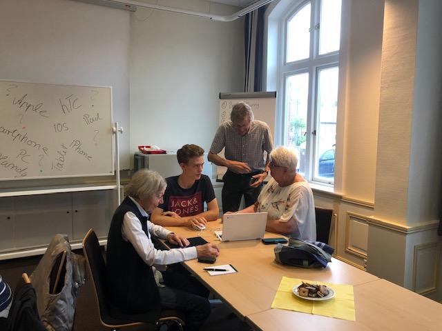 Umgang mit Smartphone, Tablet  – Gewusst wie! Von Schülern für Senioren