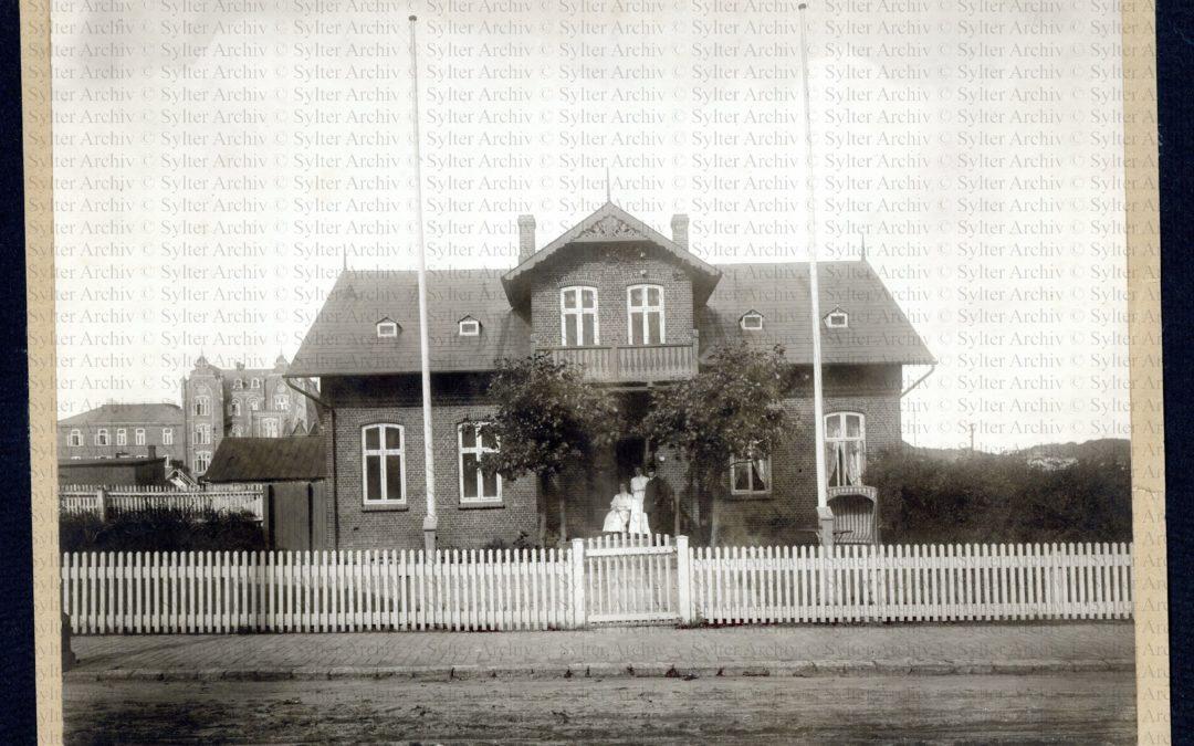 Haus Stüven mit unbekannter Gruppe in der Tür_Hälfte