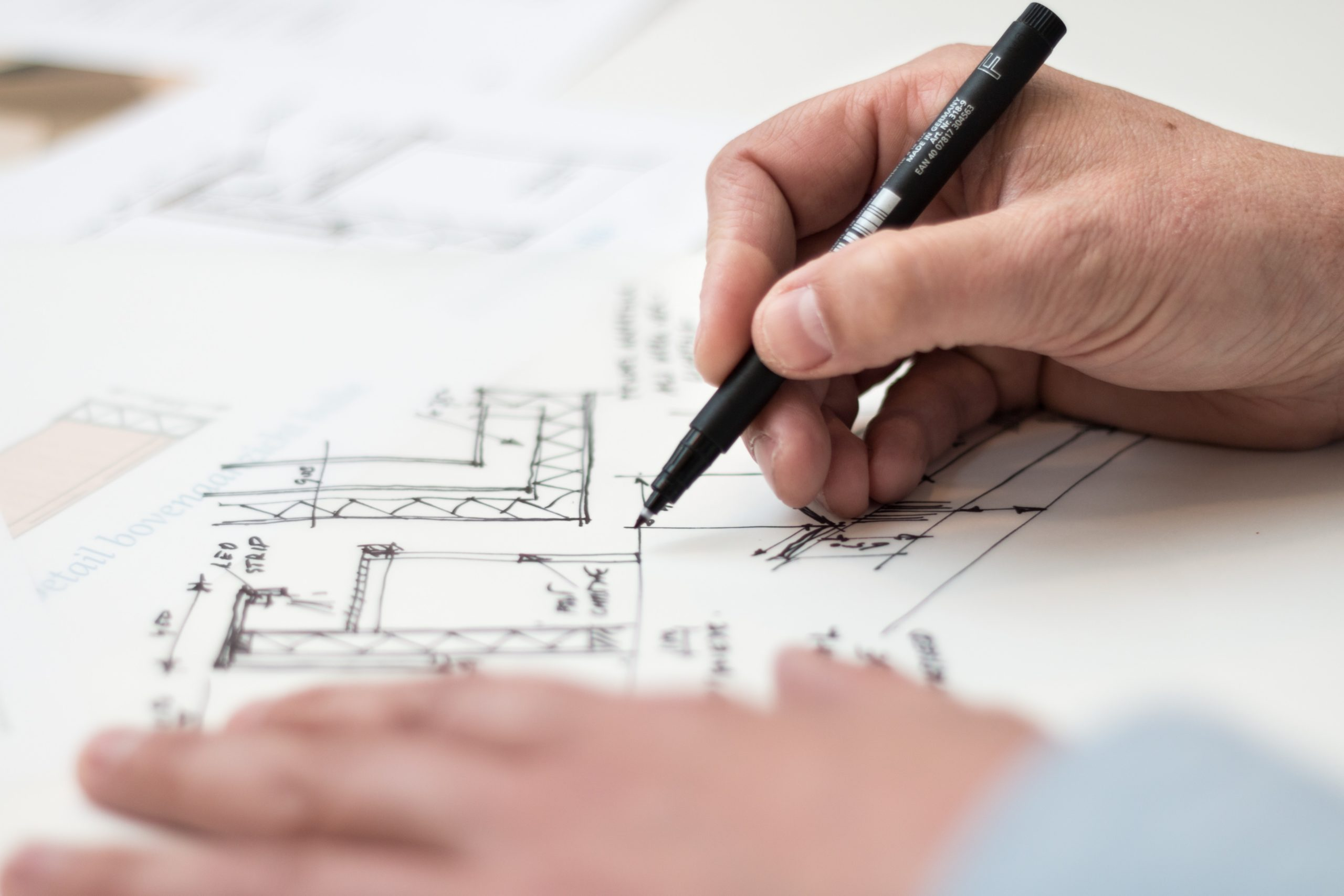 Architekt zeichnet mit Stift